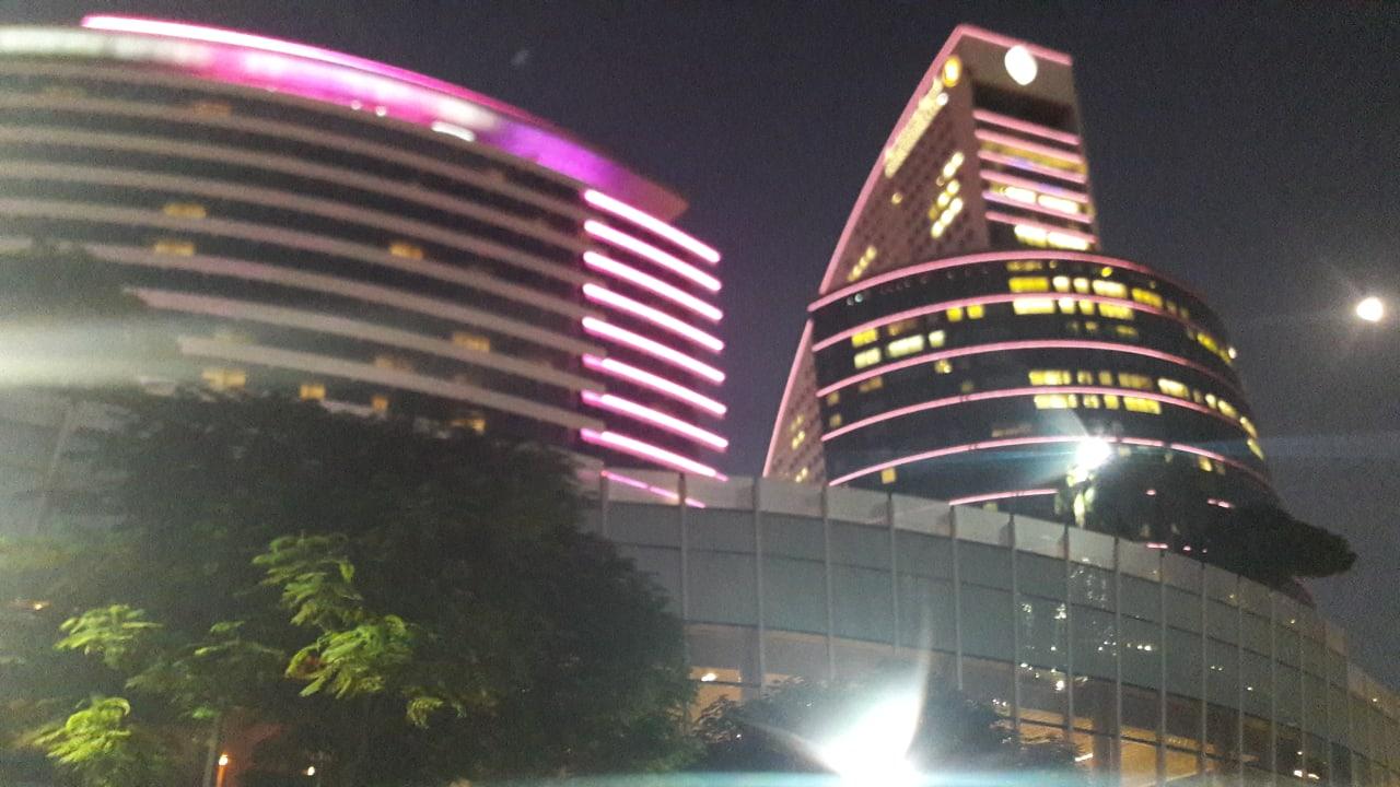 Links ist das Crowne Plaza rechts das Intercontentinal bei N Hotel Crowne Plaza Dubai Festival City