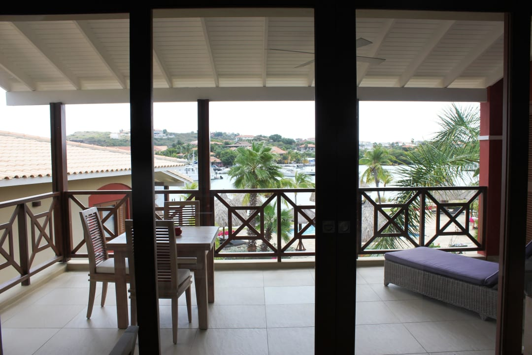 Ausblick auf den großen Balkon La Maya Beach Curacao Resort