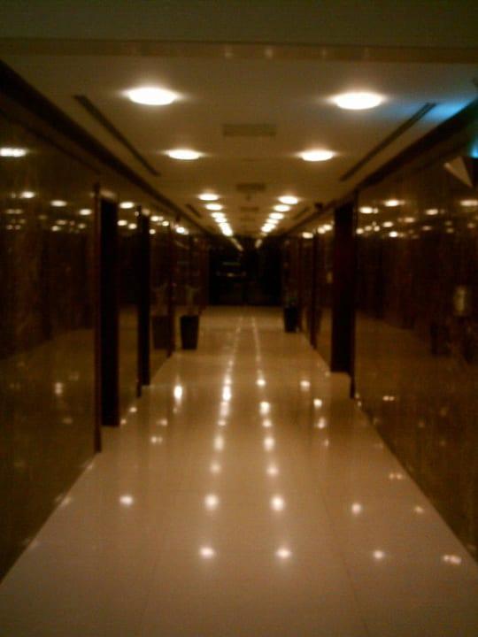 Gang zum Restaurant Ramada Hotel & Suites by Wyndham Ajman