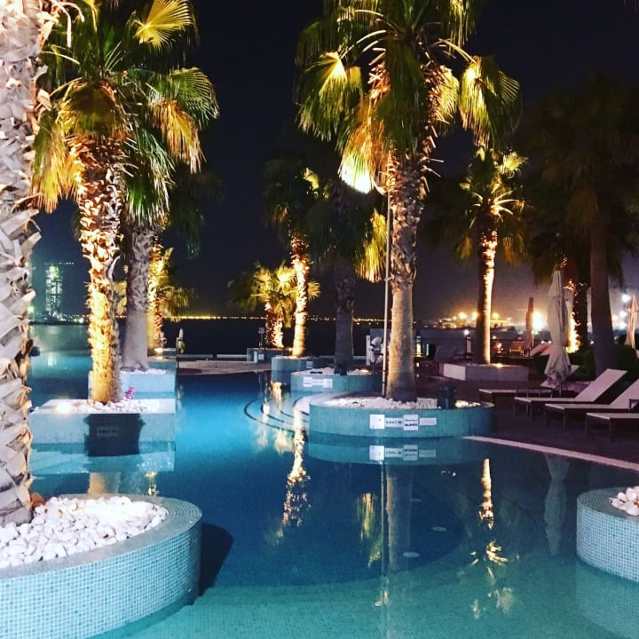 Pool Intercontentinal, tolle Beleuchtung bei Nacht. Hotel Crowne Plaza Dubai Festival City