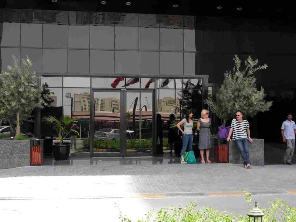 Eingang Ramada Hotel & Suites by Wyndham Ajman