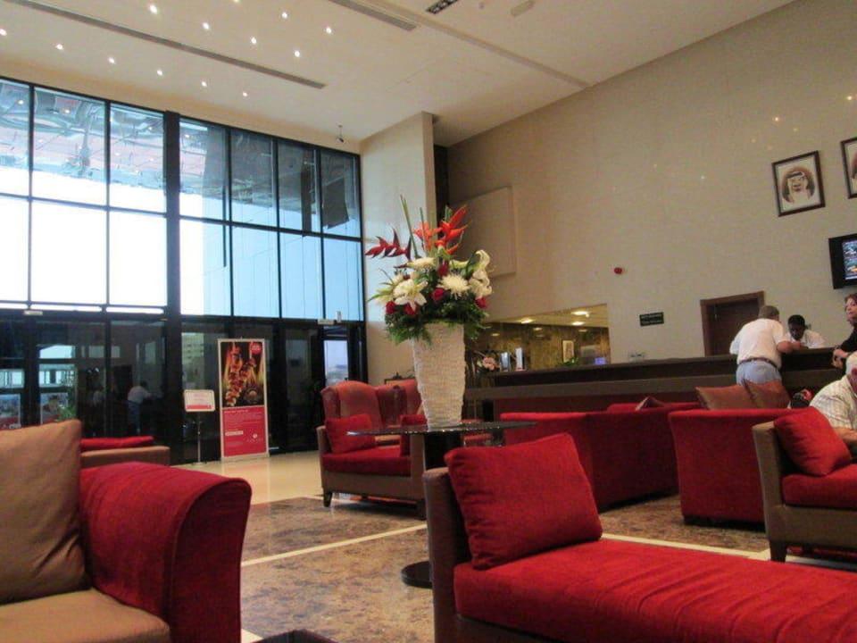 Lobby Richtung Eingang Ramada Hotel & Suites by Wyndham Ajman