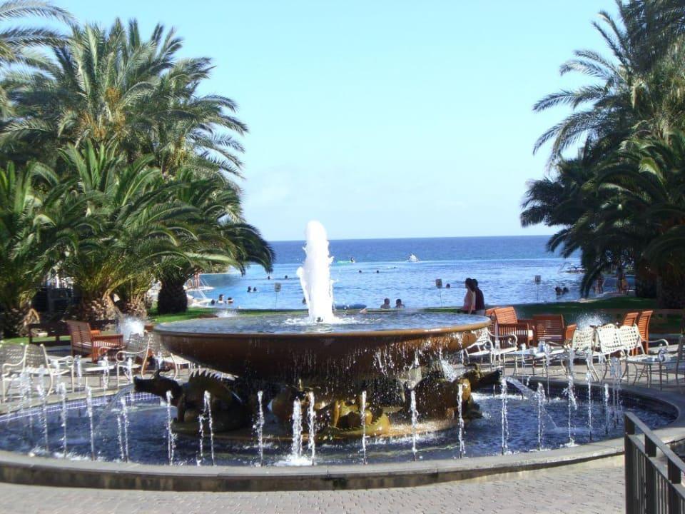 Der Brunnen vor dem Hauptpool Lopesan Costa Meloneras Resort, Spa & Casino