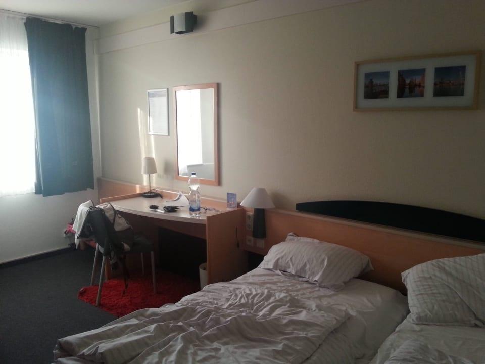 Bett und Schreibtisch Egon Hotel Hamburg City