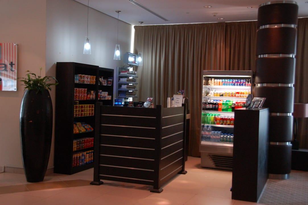 На баре все платно Hotel Holiday Inn Express Dubai Internet City