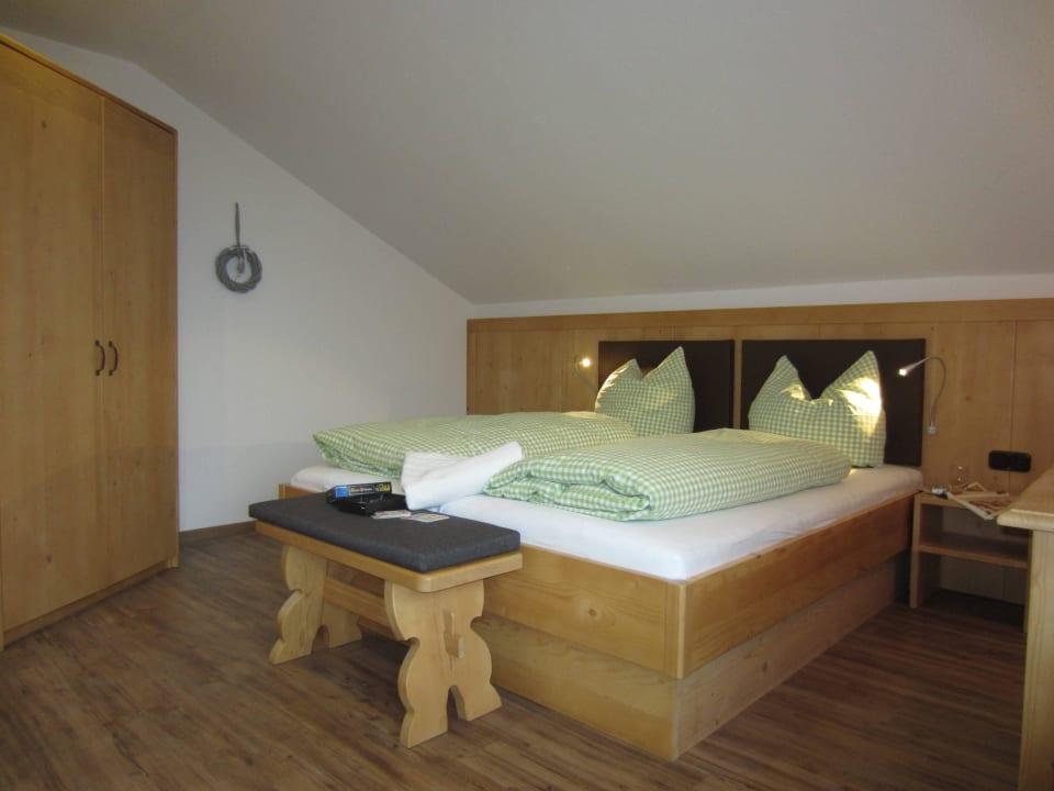 Eines der beiden Schlafzimmer in Fewo Untersberg Kochhof