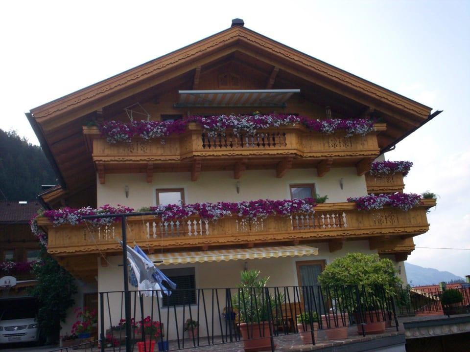 Das Haus immer mit wunderschönen Blumen Pension Monitzer