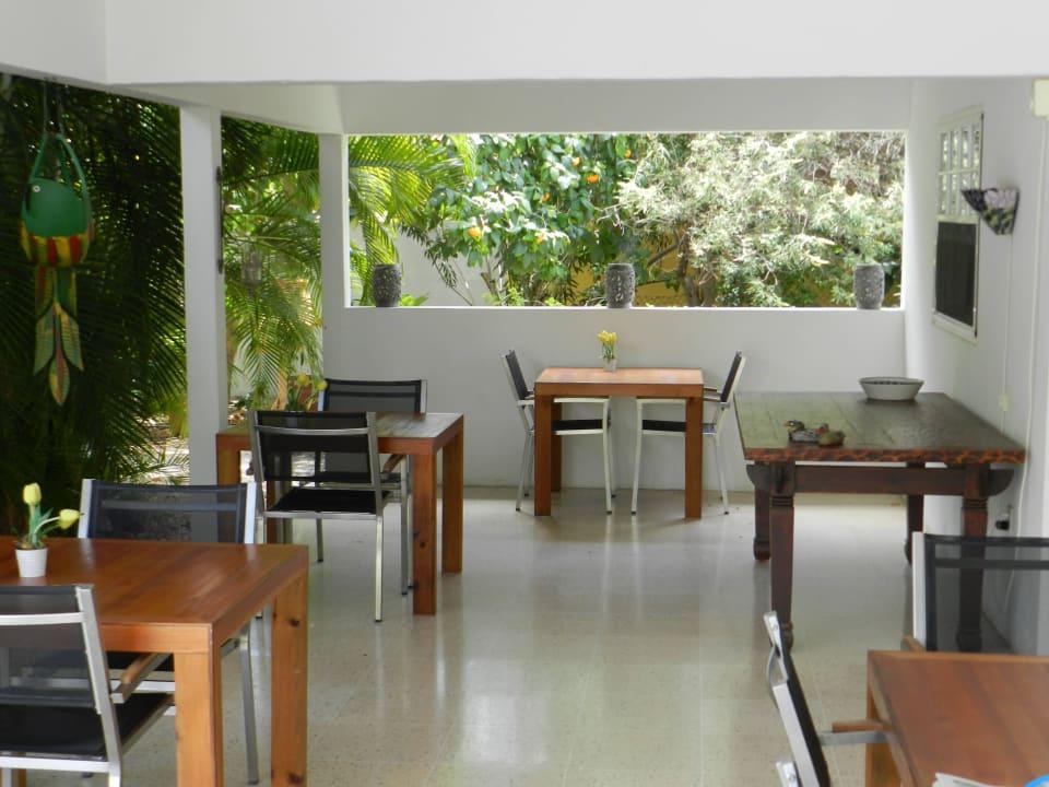 Veranda wo Sie morgens Frühstück genießen Bed & Breakfast Sombre Di Kabana