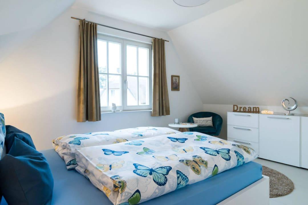 Schlafzimmer mit Doppelbett Holiday Homes Greta & Stella Glowe