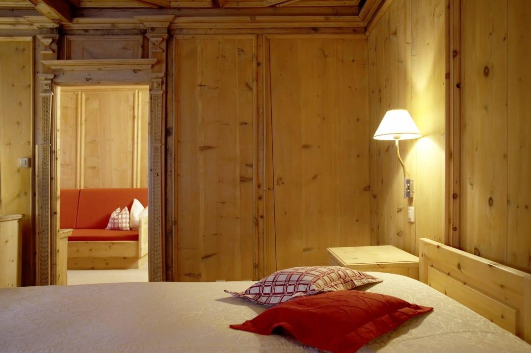 Gemütliches Arvenzimmer im Haupthaus Hotel Engiadina