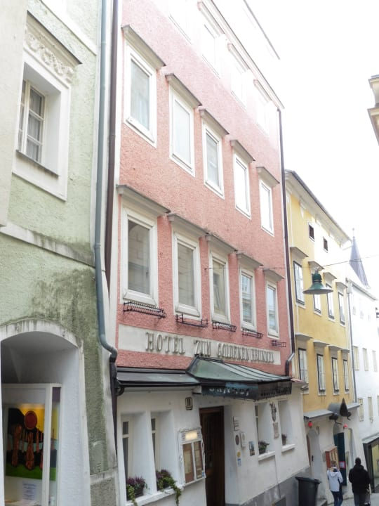 Ein schmales Gässchen beherbert das Hotel Keramikhotel Goldener Brunnen