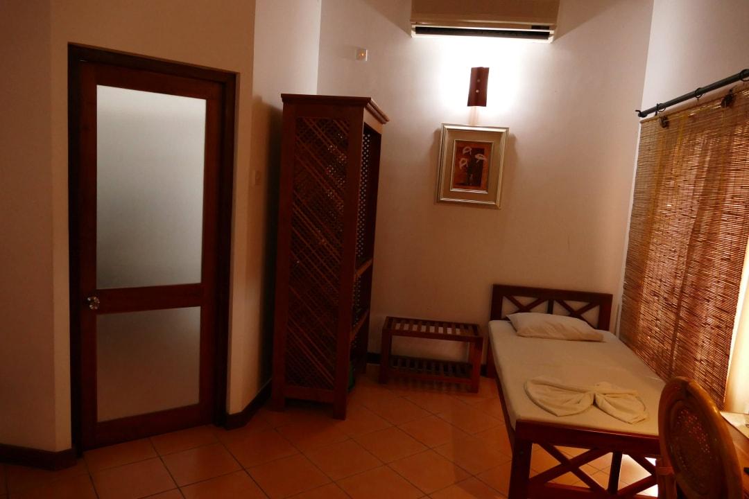 Badezimmertüre und drittes Bett Hibiscus Garden Hotel