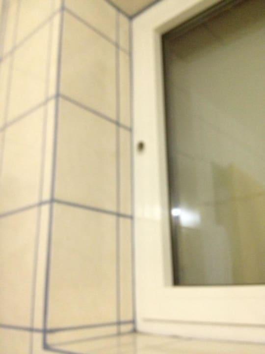 Das zugemauerte Fenster im Bad Hotel am Deich