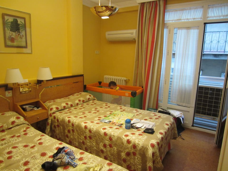 Das Zimmer von innen mit Blick auf das Fenster Hotel Anacapri