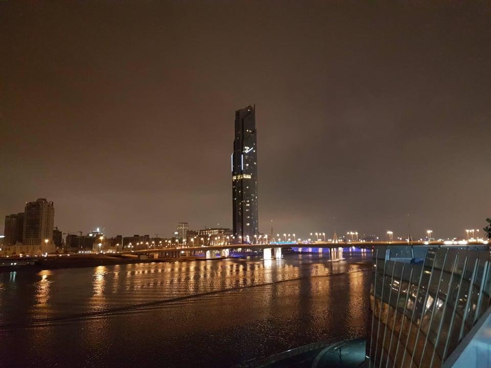 Blick von der Poolanlage Hotel Crowne Plaza Dubai Festival City