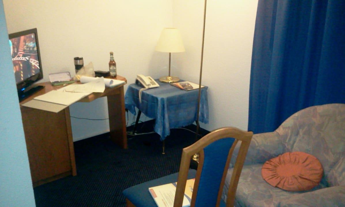 TV, Abstelltisch und Schreibtisch mit Minibar Hotel Wester