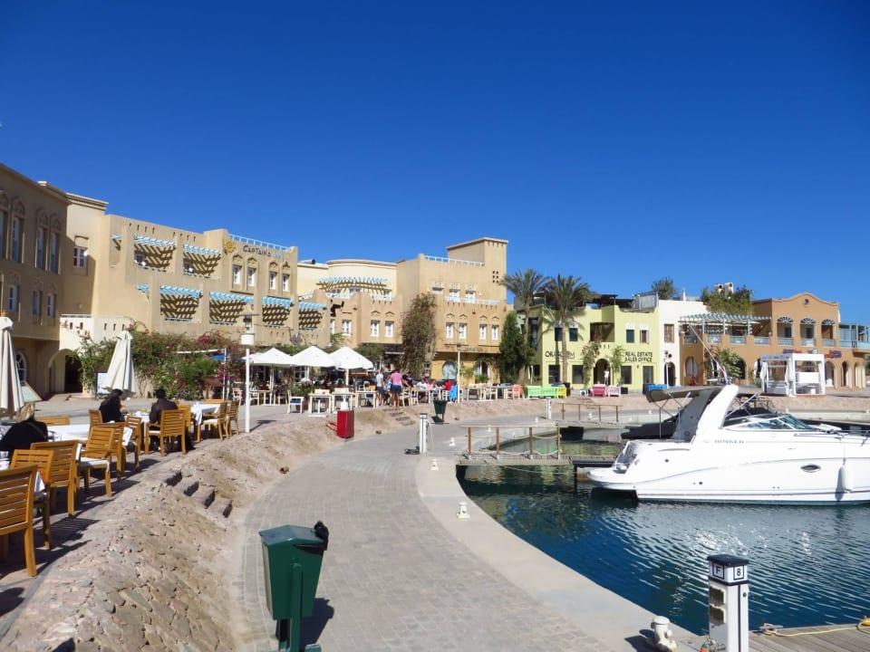 Jachthafen vor Hotel mit Restaurants Turtle's Inn Hotel
