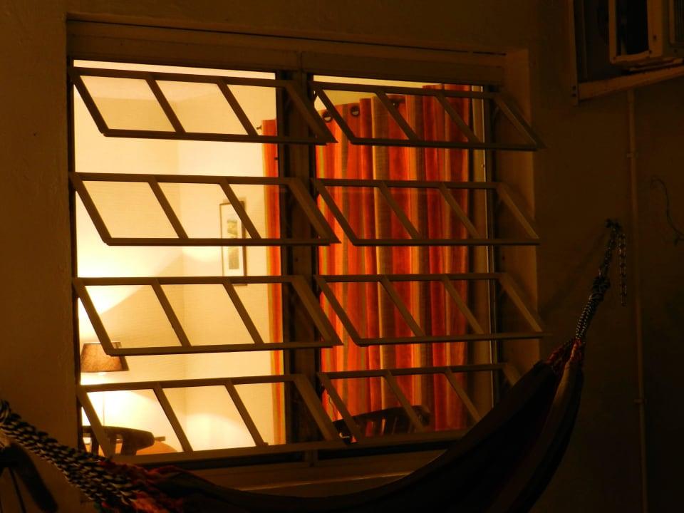 Blick ins Zimmer im Wohnhaus am Abend Bed & Breakfast Sombre Di Kabana