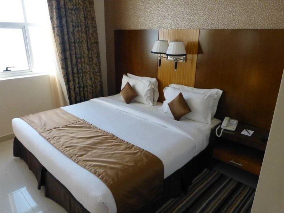 Doppelbett separates Schlafzimmer City Tower Hotel