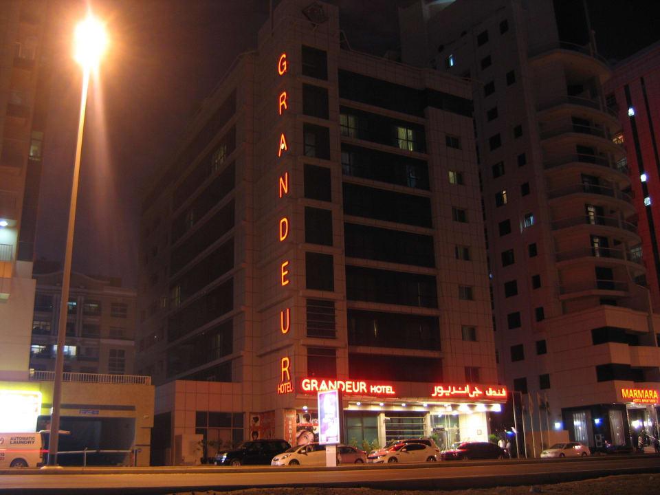 Hotel bei Nacht von Straße aus Grandeur Hotel