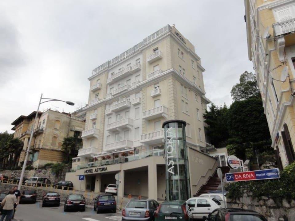 Ansicht von der gegenüberliegenden Straßenseite Hotel Astoria by OHM Group