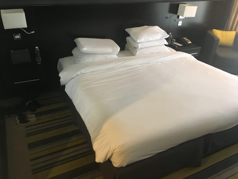 Extrem hartes Bett. Kissen bestanden nur aus verklumpten Stü Pullman Dubai Creek City Centre