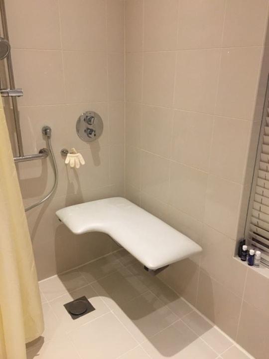 Dusche ebenerdig und bequemes großes und stabiles Duschbrett Hotel Crowne Plaza Dubai Festival City