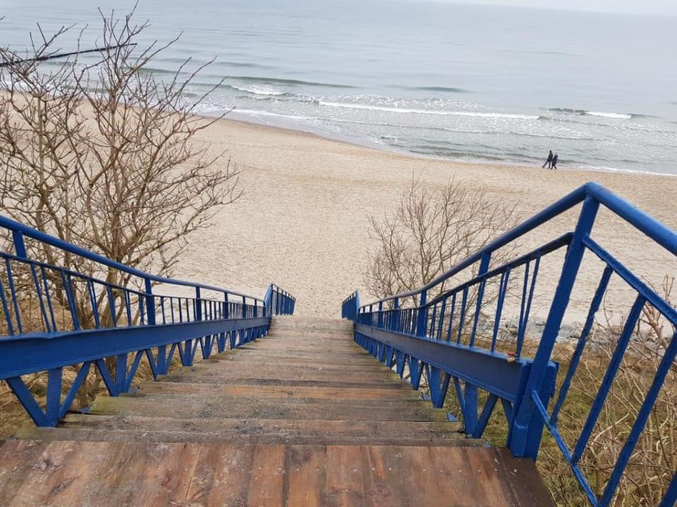 Strome schody na plażę Sunset Spa