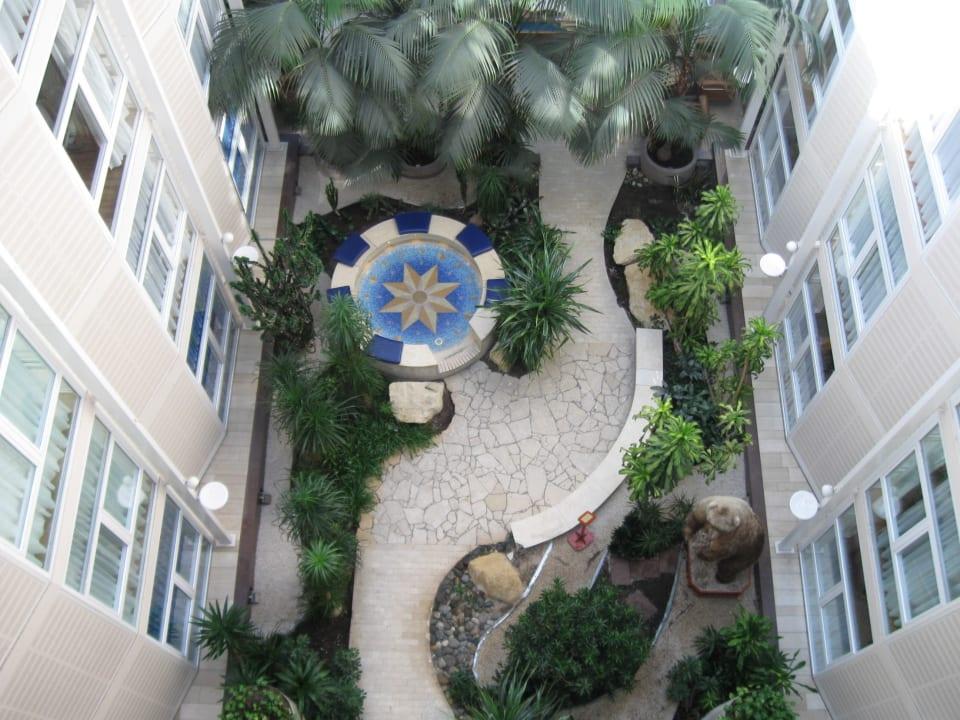 Sicht von der sechsten Etage nach unten Radisson Blu Royal Garden Hotel