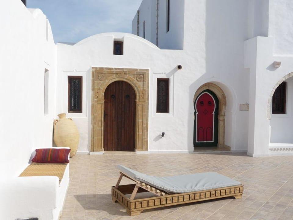 Innenhof mit Liegen Maison Leila