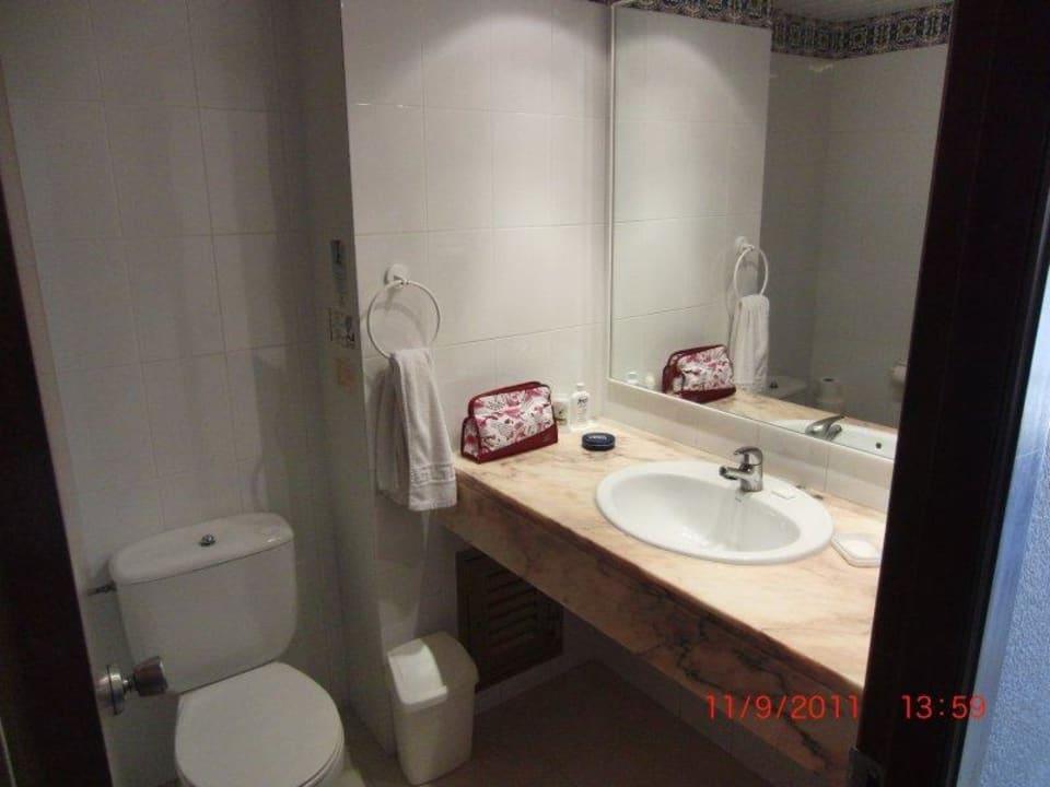 Badezimmer in einem Hotelzimmmer Hotel Biniamar