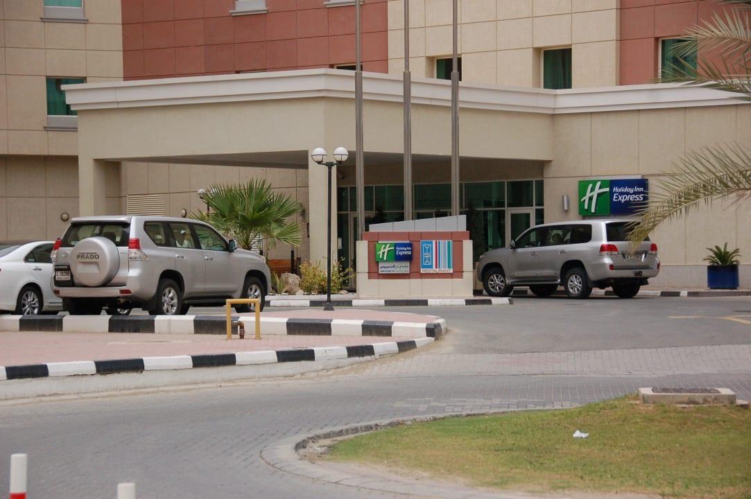 Такси у входа Hotel Holiday Inn Express Dubai Internet City
