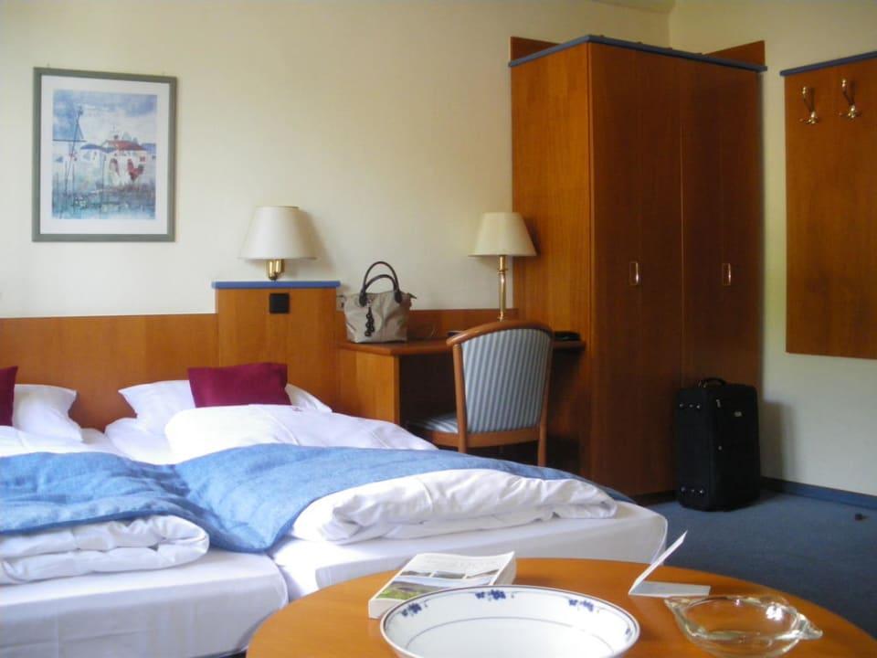 Bett und Kleiderschrank Hotel Karl Noss