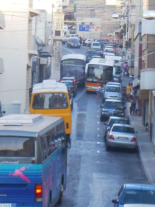 Durchgangsstraße vor dem Hotel Maritim Antonine Hotel & Spa Malta