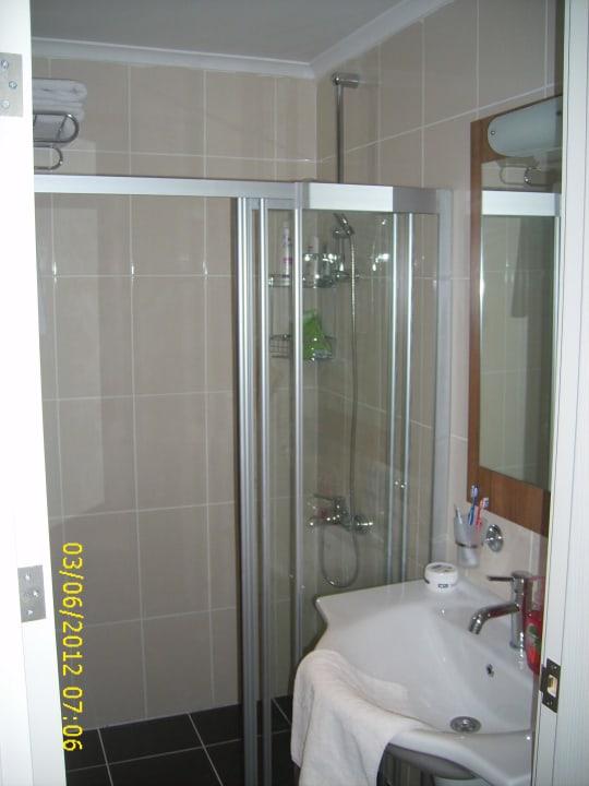 Badezimmer mit WC und Dusche Yeniacun Apart Hotel