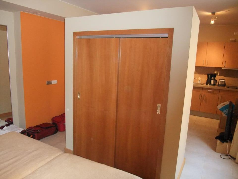 Blick vom Schlafzimmer  301 -Schrankvorderseite Hotel Morasol Suites