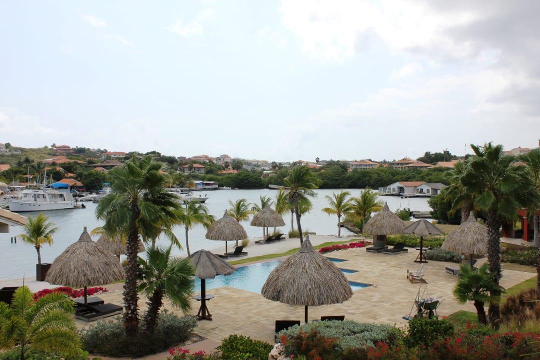 Ausblick auf die Poolanlage und den Privatstrand La Maya Beach Curacao Resort