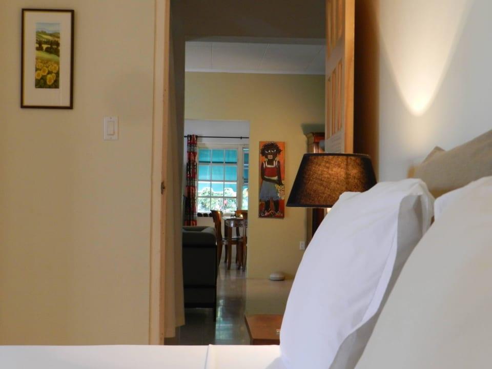 Durchblick vom Zimmer im Wohnhaus ins Wohnzimmer Bed & Breakfast Sombre Di Kabana