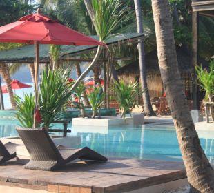 Blick über Pool zur Bar