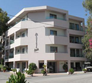 Hauptgebäude tagsüber Hotel Corissia Beach