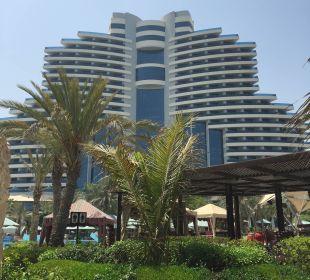 Blick vom Strand zur Hotelanlage Hotel Le Meridien Al Aqah Beach Resort