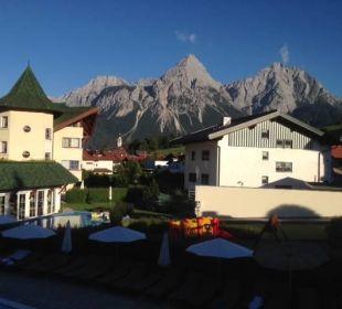 Blick von der Terrasse auf das Nebengebäude Leading Family Hotel & Resort Alpenrose