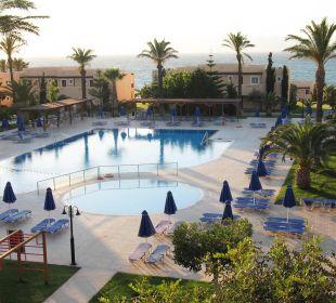 Balkonblick auf Pool und Meer Hotel Horizon Beach Resort