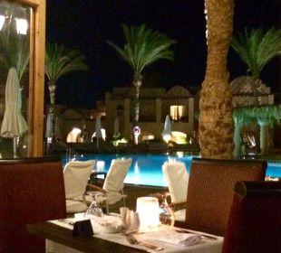 Essen mit Blick auf die Poolanlage Hotel Iberotel Makadi Beach