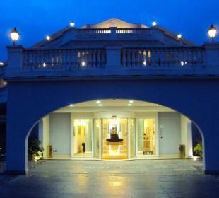 Eingangsbereich am Abend