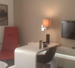 Sitzmöglichkeit und Schreibtisch  Innside Dresden