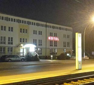 Außenansicht mit Straßenbahnhaltestelle Businesshotel Berlin