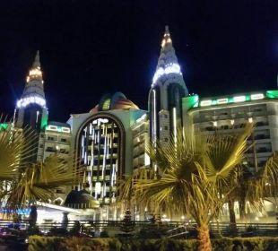 Bei Nacht wie in Las Vegas Hotel Delphin Imperial