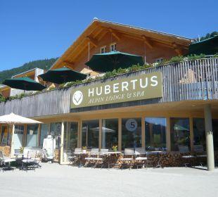 Eingang (rechts) mit Haupthaus Hubertus Alpin Lodge & Spa