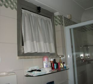 Badezimmer mit Fenster.